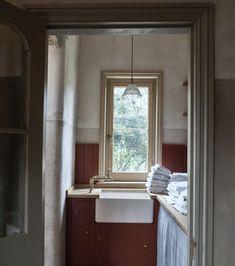 Laundry with a view is never a chore. British Kitchen Design, British Standard Kitchen, Plain English Kitchen, English Kitchens, English Farmhouse, Georgian Kitchen, Best Interior, Interior Design, Showroom Design