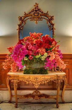 Gorgeous orange and pink centerpiece - David kurio designs and jerry hayes photography #orangepink #flowers #centerpiece