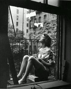 On the balcony. New York. 1950s / Nina Leen