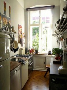 Nice, narrow kitchen in an old building - Küche ♡ Wohnklamotte - Dream Apartment, Apartment Kitchen, Paris Apartment Interiors, Cozy Apartment, Küchen Design, House Design, French Kitchen, Cozy Kitchen, Kitchen Ideas
