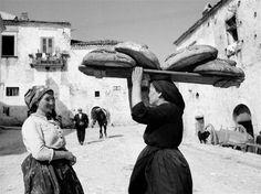 Fosco Mariani, donna che trasporta pane, Orsara di Puglia, 1950.