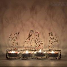 V+Betlémě+se+svítí...+-+černočervený+svícen+Netradiční+adventní+či+vánoční+svícen+s+Pannou+Marií+s+Ježískem,+Josefem+a+dvěma+anděly.+Materiál+černý+železný+drát+a+červené+skleněné+voskované+perličky.+Půdorysné+rozměry+20x6+cm,+výška+10,5+cm.+Součástí+jsou+4+skleněné+kalíšky+a+červené+čajové+svíčky.+Je+možné+vyrobit+na+přání+i+v+jiné...