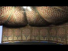 Exposição no Museu Victoria & Albert explora o mundo dos têxteis indianos  A exposição que explora o mundo de têxteis indianos e moda abre ao público no dia 3 de outubro de 2015 e fica até janeiro de 2016.