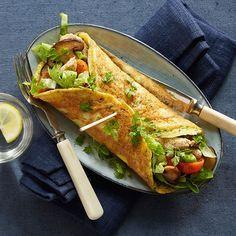 En æggewrap med kylling er den perfekte aftensmad eller frokost, når det lige skal gå lidt hurtigt. Og så er det sundt! Healthy Snacks, Healthy Eating, Healthy Recipes, Cooking Recipes, Food C, Recipes From Heaven, I Love Food, Food Inspiration, Chicken Recipes