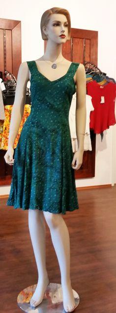 Trägerkleid - Sommerkleid von Campur. Knieumspielendes Kleid, tailliert, im Rücken Smok aus 100% Rayon/Viskose
