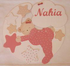 Preciosa composición de siluetas de madera para la habitación de un bebé.    http://pekerines.blogspot.com.es