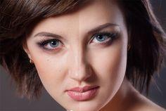 Maquiagem é um hábito que faz parte da rotina de muitas mulheres e adolescentes, o desejo de revelar a beleza ou camuflar alguma imperfeição, faz do ritual