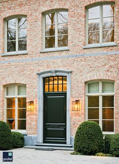 wood - frame / frame in wood - frame zwarte deur Nice color windows- Schöne Farbfenster Nice color windows – – - Doors - wood - aluminum - PVC - English- Deuren – hout – aluminium – PVC – Engels Doors – wood – aluminum – PVC – English - Thfri House Paint Exterior, Exterior House Colors, External Wooden Doors, Casa Top, Brown Roofs, Wood Architecture, Brick And Stone, Paint Colors For Home, House Front