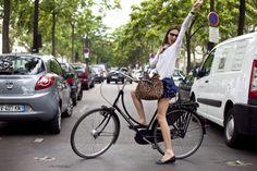 Ruffled mini skirt, leopard bag and chic sunnies