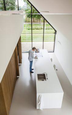 Hochwertig Minimalistische Küche In Weiß Mit Kücheninsel Und Holzverkleidung