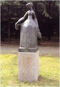 Bronzen beeld 'Suzette Noiret' van Jan Bronner (1881-1972), naar ontwerp voor het in 1962 onthulde Hildebrandmonument, in het Stadswandelpark, 1989 [geschenk van de Stichting Vrienden van die Stadt Eindhoven]- Foto: Gemeente Eindhoven ~ Kunst en Cultuur (uitgever); Couwenberg, Joh. - 1993