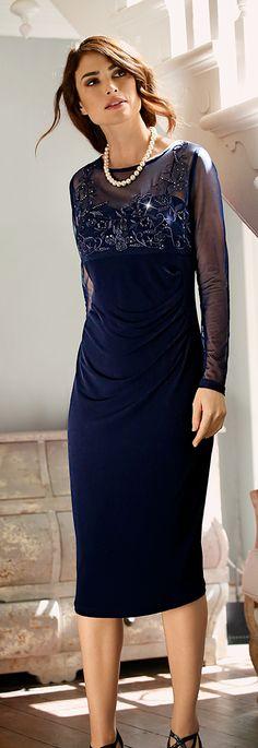 Das nachtblaue und im Ausschnitt dekorativ verzierte Etui-Kleid verleiht Ihnen für die Festtage einen eleganten Look und schmeichelt durch die Wickel-Optik jeder Figur. #Weihnachten #Mode