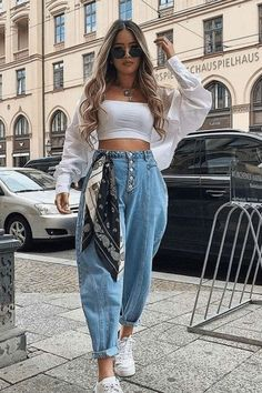 Wide leg jeans with white top and white shirt Cute Casual Outfits, Simple Outfits, Stylish Outfits, Summer Outfits, Casual Wear, Street Style Summer, Street Style Women, Street Styles, Casual Fashion Trends