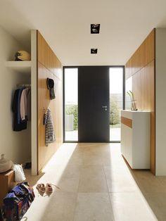 Garderobe hinter der Trennwand aus Holz
