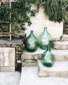 Green glass bottles for the garden – rustic home exterior Green Glass Bottles, Red Glass, Wine Bottles, Glass Jars, Round Glass Vase, Deco Design, Garden Inspiration, Outdoor Spaces, Backyard