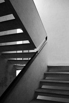Railing built into the staircase - Super Creative Design. Cesare Cattaneo - Casa d'Affitto, Cernobbio 1939 Staircase Handrail, Interior Staircase, Stair Railing, Railings, Detail Architecture, Interior Architecture, Interior And Exterior, Installation Architecture, Railing Design
