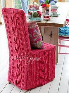 Вязаные чехлы  для стульев Вязаные чехлы на диваны,кресла и стулья всегда ассоциируется с теплом и уютом.Как будто мягкую мебель одели в огромные вязаные свитера.Особенно интересно смотрятся крупные объемные узоры в  нежных пастельных или ярких цветах, или с имитацией тисненой обивки и кружева .Тут уж все зависит от проявления ваших фантазий и таланта.