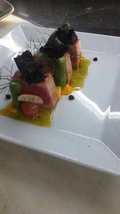 Tataki van tonijn met stukjes mango, mangopuree, cherry tomaatjes,groene asperges en basilicumolie.