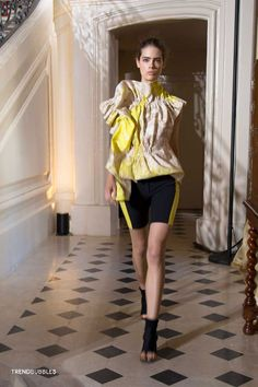 Viktor & Rolf Paris Fashion Week SS15: Vrolijk & Sportief   Read more http://trendbubbles.nl/viktor-rolf-paris-fashion-week-ss15-vrolijk-sportief/ #viktorandrolf #ss15 #paris