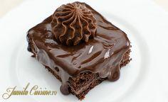 Reteta de amandine este o prajitura ciocolatoasa, cu un blat pufos, insiropat, cu o crema de ciocolata pe baza de unt si cu o glazura tot ciocolatoasa. Pent