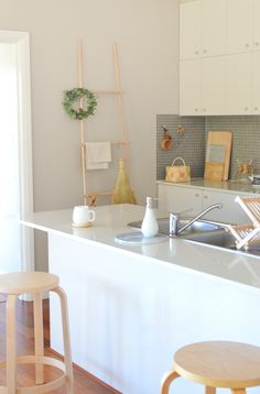 Scandi kitchen Scandi Home: Reminiscing the Weekend Dinning Room Bar, Kitchen Dining, Kitchen Decor, Scandi Home, Scandinavian Kitchen, Sweet Home, Piece A Vivre, Modern Kitchen Design, My Living Room