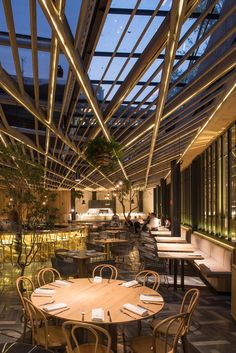 Working with a difficult corner lot and an upper floor location, vgz arquitectura y diseño were tasked with many challenges when it came time to design the Piedra Salrestaurant in Mexico City.