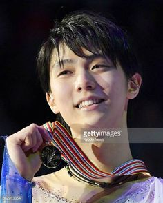 Yuzuru Hanyu of Japan holds his gold medal after winning the figure skating world championships title in Helsinki on April 1 2017 ==Kyodo
