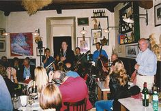 """""""Bottega del Vino"""": Musica durante UMBRIA JAZZ. Sulla destra Sauro, il papà dell'Oste Filippo Peducci."""