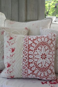 United Kingdom antique lace and Quilt cushion Made to cover the antique race in Durham quilt rose. A quick way to an elegant look for decorative pillows: dark fabric overlain with a nice piece of lace! Fabric Crafts, Sewing Crafts, Sewing Projects, Old Quilts, Sewing Pillows, Antique Lace, Vintage Linen, Vintage Pillows, Shabby Vintage