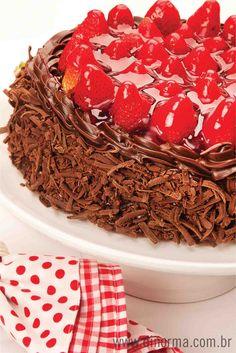 """""""Bolo Morango Trufado"""" - Massa de chocolate recheada de creme de chocolate e pedaços crocantes de chocolate branco. Cobertura de chocolate e morangos frescos. #DiNorma #Cake #bolo"""