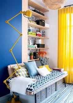 Un coin bibliothèque en jaune et bleu / Yellow and blue corner, shelves