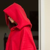 Hooded capes are essential for Little Red Riding Hood costumes and certain goth and period ensembles. Unfortunately, it can be difficult to find a suitable hooded cape in clothing and costume stores. Cape Diy, No Sew Cape, Hooded Cloak Pattern, Hooded Poncho, Hooded Capes, Fleece Poncho, Hooded Blanket, Warm Halloween Costumes, Belle Halloween