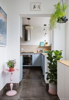 Cozinha com revestimentos hexagonais e armários na cor azul claro.