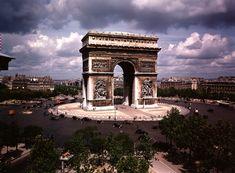 Paris, l'Arc de Triomphe en juillet 1939. Photographie de William Vandivert pour le magazine Life.