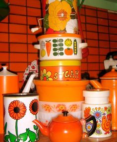 retro Outrageously orange vintage canisters and tubs. Alas, we remember these! Orange is a unusual but lovely colour to use in the kitchen, especially if you are into retro style Vintage Canisters, Vintage Kitchenware, Kitchen Canisters, Vintage Dishes, Kitchen Utensils, Kitchen Knives, Retro Vintage, Deco Retro, Vintage Love