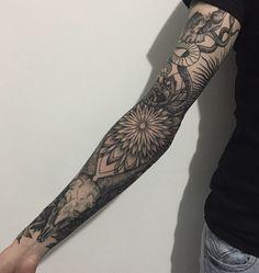 Comprimento total manga da tatuagem. Este desenho de tatuagem começa a partir de uma serpente que slithers descer o braço para formar as flores e se estende até o pulso.Comprimento total manga da tatuagem. Este desenho de tatuagem começa a partir de uma s