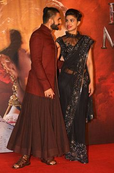Ranveer Singh and Priyanka Chopra at Malhari song launch Stylish Blouse Design, Fancy Blouse Designs, Saree Blouse Designs, Priyanka Chopra, Indian Dresses, Indian Outfits, Sexy Bluse, Indie Mode, Ranveer Singh