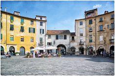 """Italie, Lucca, la """"Piazza Anfiteatro"""", une superbe... - jarri mimram"""