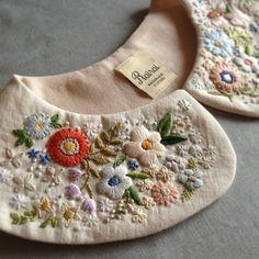 ちょっとやりすぎ ?笑 福岡のSallyさんのワンピースフェア、初回の納品分はありがたいことに完売してしまったので、追加で数点作りました。 このつけ襟もワンピースとセットにして週末納品予定。 Silk Ribbon Embroidery, Hand Embroidery Designs, Beaded Embroidery, Embroidery Stitches, Embroidery Patterns, Embroidered Clothes, Embroidered Flowers, Broderie Simple, Sewing Collars