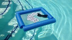Fancy playing cards in the pool, or just need somewhere to rest your drink? You can make a cheap floating tabletop from a styrofoam pool noodle and a cutting board. Poker Party, Floating Table, Floating Cooler, Pool Noodle Crafts, Piscine Diy, Hot Tub Accessories, Diy Pool, Pool Fun, Backyard Pools