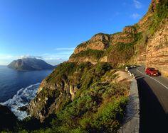 Südafrikas berühmteste Traumstraße - der Chapman's Peak Drive.   Entlang wunderschöner Strände, bis in die Weinberge, den Botanischen Garten und als exotisches Highlight die Pinguine in Simonstown. Die Route führt von Kapstadt - Camps Bay - Hout Bay - Cape Point - Simonstown - Fish Hoek - Muizenberg - Ou Kaapse Weg – Constantia – Kirstenbosch – zurück nach Kapstadt.     #kapstadt, #suedafrika, #kap, #reise, #aussicht