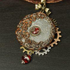 Collier sur cordon et organza avec pendentif steampunk vintage et cabochon