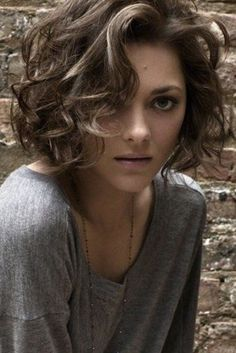 Idée coupe courte : Marion Cotillard Hair Bob - hair styles for short hair Short Curly Haircuts, Curly Hair Cuts, Curly Bob Hairstyles, Short Hair Cuts, Curly Hair Styles, Curly Short, Hairstyles 2016, Haircut Short, Hairstyles Pictures