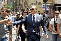 Daniel Craig greets his fans during a break the shooting of Spectre. 03/26/2015 http://www.lopezdoriga.com