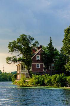 La casa sul fiume...pias?!? Photo By Khürt Williams | Unsplash