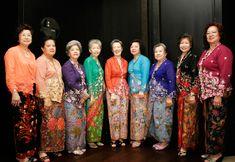 a traditional blouse-dress worn by women in Singapore, Malaysia, Indonesia, Burma, Brunei and southern Thailand. It is worn with sarong or batik kain panjang. Vestido Batik, Batik Dress, Blouse Dress, Kimono, Malaysian Batik, Indonesian Kebaya, Modern Kebaya, Ethnic Dress, Textiles