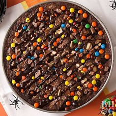 Busy parents love this super simple, candy-topped brownie. It's guaranteed to be a hit at any party for kids. Halloween Brownies, Halloween Candy Bowl, Halloween Pizza, Halloween Snacks, Halloween Recipe, Halloween Cookies, Halloween Stuff, Halloween Party, Brownie Pizza