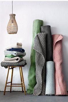 Fin matta med klassiskt mönster Gåsöga. Varp av bomull. <br><br>100% ull<br>Rengörs genom dammsugning