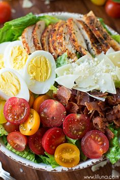 Ultimate Caesar Salad with grilled chicken, croutons, tomatoes, hard-boiled eggs, Parmesan cheese and tomatoes. Grilled Chicken Parmesan, Grilled Chicken Salad, Chicken Bacon, Bbq Chicken, Chicken Recipes, Cooking Recipes, Healthy Recipes, Easy Recipes, Sauces