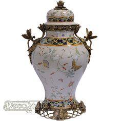 Porseleinen Jugendstil Urn Dragonfly  Craquele Porseleinen vaas met vlinders en bloemen. Met bronzen voet met kikkers en de oren in de vorm van libelles. De afbeeldingen in de urn zijn in het glazuur mee gebakken. Afmetingen: Hoogte: 60.2 cm Breedte: 35 cm Diepte: 30 cm A BRONZE MOUNTED PORCELAIN URN DRAGONFLY FROG